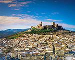 Spanien, Andalusien, Provinz Jaen, Alcala la Real: Stadt in der Sierra Magina unterhalb der Festung La Mota | Spain, Andalusia, Province Jaen, Alcala la Real: View on the city with La Mota fortress