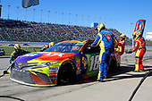 #18: Kyle Busch, Joe Gibbs Racing, Toyota Camry M&M's Halloween pit stop