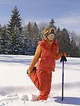 DEU, Deutschland, Frau beim Nordic Walking im Winter - Dehnuebung | DEU, Germany, woman doing nordic walking in winter - stretching