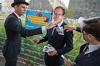 """Wahlkampfaktion der FDP-Jugendorganisation Junge Liberale-Berlin zur Abgeordnetenhauswahl 2016.<br /> Die Jungen Liberalen-Berlin veranstalteten am Dienstag den 2. August 2016 an der sog. Cuvry-Brache in Berlin-Kreuzberg eine Aktion gegen die """"Spekulation mit Grundstuecken durch den Senat von Berlin"""". Dazu verkleideten sich Mitglieder der Jungen Liberalen als Buergermeister Michael Mueller und Bausenator Andreas Geisel (beide SPD) die von einem """"Monopoly-Mann"""" (soll einen Investor darstellen) mit Geld beschenkt werden.<br /> Damit wollten die FDP-Mitglieder gegen die """"Grundstuecksspekulation in der Hauptstadt"""" protestieren.<br /> Im Bild: Der Investor und der Bausenator stecken dem Buergermeister Geld in die Anzugtaschen.<br /> 2.8.2016, Berlin<br /> Copyright: Christian-Ditsch.de<br /> [Inhaltsveraendernde Manipulation des Fotos nur nach ausdruecklicher Genehmigung des Fotografen. Vereinbarungen ueber Abtretung von Persoenlichkeitsrechten/Model Release der abgebildeten Person/Personen liegen nicht vor. NO MODEL RELEASE! Nur fuer Redaktionelle Zwecke. Don't publish without copyright Christian-Ditsch.de, Veroeffentlichung nur mit Fotografennennung, sowie gegen Honorar, MwSt. und Beleg. Konto: I N G - D i B a, IBAN DE58500105175400192269, BIC INGDDEFFXXX, Kontakt: post@christian-ditsch.de<br /> Bei der Bearbeitung der Dateiinformationen darf die Urheberkennzeichnung in den EXIF- und  IPTC-Daten nicht entfernt werden, diese sind in digitalen Medien nach §95c UrhG rechtlich geschuetzt. Der Urhebervermerk wird gemaess §13 UrhG verlangt.]"""