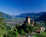 Italien, Suedtirol, bei Meran, Dorf Tirol: Landesmuseum Schloss Tirol und darunter liegend die Brunnenburg - Landwirtschaftsmuseum und Ezra-Pound Gedaechtnisstaette | Italy, South Tyrol, Alto Adige, near Merano, Tirolo: Tirol castle - provincial museum of history and culture, below Brunnenburg castle - Agricultural Museum and Ezra-Pound Centre for Literature
