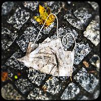 Eine gebrauchte medizinische Schutzmaske liegt auf der Strasse in Berlin.<br /> 15.10.2020, Berlin<br /> Copyright: Christian-Ditsch.de