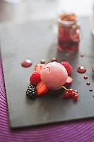 Europe/France/Bretagne/22/Côtes d'Armor/Saint-Brieuc: Fraise à la vergeoise et pain d'épice en bocal - recette de Gwenaël Lavigne Restaurant: O Saveurs,