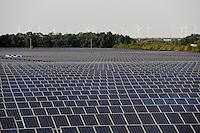 Deutschland Solar Feld und Windkraftanlagen im Solar Valley Standort vieler Solarfirmen wie Q-cells Sovello bei Bitterfeld-Wolfen in Sachsen-Anhalt | GERMANY Solar valley , solar fields and windfarm at Bitterfeld Wolfen