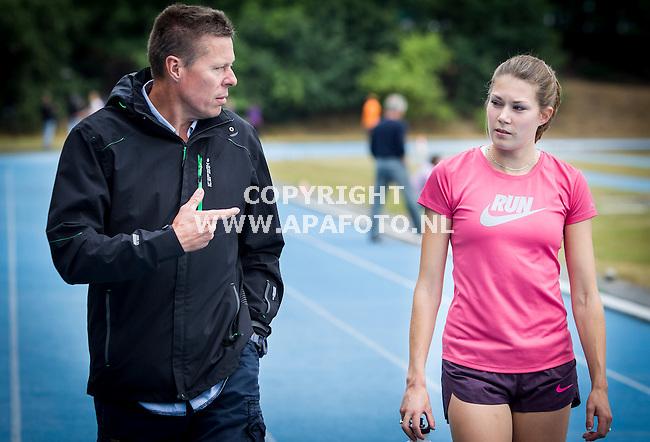 ARNHEM 300713 1500m-loopster Maureen Koster met coach en oom Bert Koster tijdens een training op Papendal in voorbereiding op het WK Atletiek in Moskou.<br /> Foto Jorrit Knuvelder - APA Foto