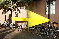 Nederland  Eindhoven 2017 . DDW. Dutch Design Week. Gele pijl bij de Emmasingel. ( Foto is gespiegeld mbv Photoshop ) .  Foto Berlinda van Dam / Hollandse Hoogte