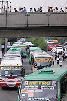 MEDELLIN - COLOMBIA - 14-03-2014: Se presenta una nueva emergencia en el Metro de Medellin, en el cauce del Rio Medellin, cuando hubo un deslizamiento en la margen occidental del río Medellín entre las estaciones Ayurá y Envigado del metro, frente a Homecenter, en la jurisdicción de Itagüí. Debido al riesgo que presenta la línea A solo funciona entre las estaciones de Niquia y El Poblado, que afecta cerca de 100.000 pasajeros diarios, durante los 15 dias que durara la reparación de la via. / A new emergency in the  Rio Medellin presented in Medellin Metro, when there was a landslide on the west bank of the river between Medellin and Envigado Ayurá metro stations, facing Homecenter in Itagüi jurisdiction. Due to the risk presented by the line A only works between stations Niquia and El Poblado, affecting about 100,000 passengers a day, during the 15 days that lasted repair pathway. Photo: VizzorImage / Luis Rios / Str.