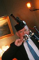 """Europe/Royaume-Uni/Ecosse/Moray/Spayside/ env de Dufftown: Gestuelle traditionnelle avec les Quaitchs en argent qui servent à déguster le whisky lors de la cérémonie du Haggis, plat typiquement écossais, abats de mouton épicés et avoine- lors d'un Dîner à """"Linn House"""" [Non destiné à un usage publicitaire - Not intended for an advertising use]"""