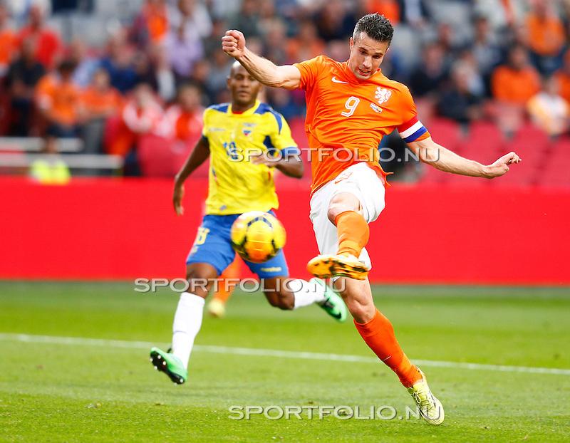 Nederland, Amsterdam, 17 mei 2014<br /> Oefenwedstrijd<br /> Nederland-Ecuador<br /> Robin van Persie van Nederland schiet op doel en maakt de gelijkmaker, 1-1