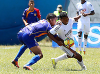 POPAYAN -COLOMBIA-19-07-2014. Jesús Mena (Izq) jugador de Universitario de Popayan disputa un balón con Carlos Peralta (Der) jugador de América de Cali  durante partido por la fecha 1 del Torneo Postobón II 2014 jugado en el estadio Ciro Lopez de la ciudad de Popayan./ Jesus Mena (L) player of Universitario de Popayan fights for the ball with Carlos Peralta (R) player of America de Cali during the match for the first date of Postobon Tournament II 2014 played at Ciro Lopez stadium in Popayan city. Photo: VizzorImage/Juan C. Quintero/STR