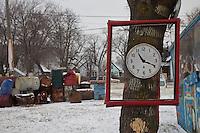orologio appeso a un albero, ore 10,20