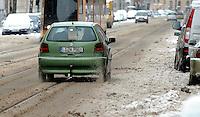 Nach ergiebigem Schneefall in den letzten Tagen sind die Leipziger Starßen noch  immer voll von Schnee. Die Beräumung dauert an. Beräumungszustand in Leipzig Schleußig - im Bild:   Könneritzstraße - Fahrbahn beräumt.   Foto: Norman Rembarz..Norman Rembarz , Autorennummer 41043728 , Holbeinstr. 14, 04229 Leipzig, Tel.: 01794887569, Hypovereinsbank: BLZ: 86020086, KN: 357889472, St.Nr.: 231/261/06432 - Jegliche kommerzielle Nutzung ist honorar- und mehrwertsteuerpflichtig! Persönlichkeitsrechte sind zu wahren. Es wird keine Haftung übernommen bei Verletzung von Rechten Dritter. Autoren-Nennung gem. §13 UrhGes. wird verlangt. Weitergabe an Dritte nur nach  vorheriger Absprache..