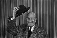 Arrival Maurice Chevalier at Schiphol,HOLLAND <br /> , February 7, 1968.<br /> <br />  Maurice Chevalier during press conference<br /> <br /> Photographer Koch, Eric / Anefo