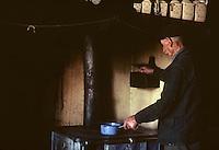 Europe/France/Auvergne/15/Cantal/env de Vic sur Cère: vie rurale vieil agriculteur devant le fourneau de sa cuisine [Non destiné à un usage publicitaire - Not intended for an advertising use] <br /> PHOTO D'ARCHIVES // ARCHIVAL IMAGES<br /> FRANCE 1980