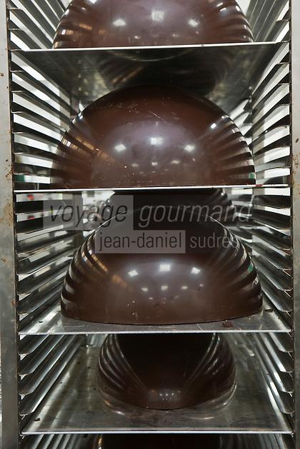 Europe/France/Ile de France/92/Hauts-de-Seine/Sceaux: Préparation des oeufs  en chocolat chez Patrick Roger Chocolatier Meilleur Ouvrier de France