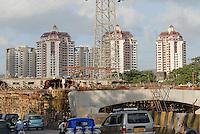 INDIA Mumbai , building of flyover for city highway in front of Apartment towers in Kandivli / INDIEN Mumbai , Bau einer Bruecken Ueberfuehrung fuer die Stadt Autobahn im Stadtteil Kandivli