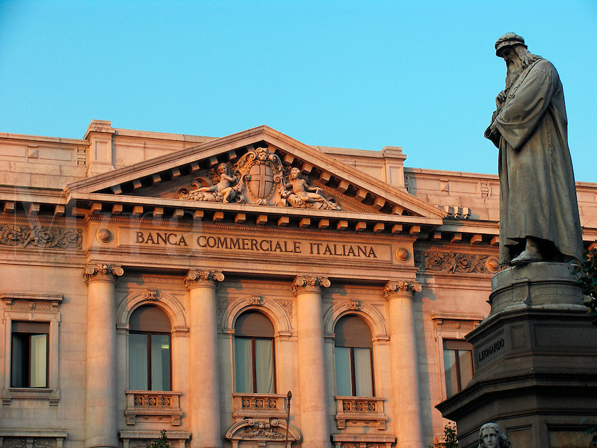 Statue of Leonardo da Vinci and the Banca Commerciale Italiana building, Milan, Ital