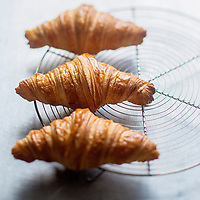 Europe/France/Ile-de-France/75/Paris: Croissants au beurre de Frédéric Lalos, Meilleur  Ouvrier de France  - Stylisme : Valérie LHOMME // Europe/France/Ile-de-France/75/Paris: French Butter Croissants