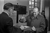 21 mars 1971. Vue de Pierre Baudis en train de voter pour les élections municipales.