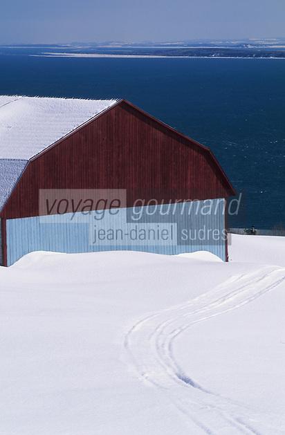 Amérique/Amérique du Nord/Canada/Quebec/Charlevoix : Grange à Port-au-Persil sur le Saint-Laurent