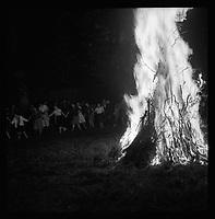 23 juin 1959. Vue du feu de la Saint-Jean sur la commune de Gratentour.