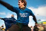 """Un activiste danse avant la manifestation qui a rassemblé environ 100,000 personnes à Copenhague le 12/12/2009 sous le thème """"Changeons le système pas le climat"""". Son t-shirt demande """"quel âge aurez-vous en 2050 ?"""" en allusion à la date de référence pour les objectifs de réduction des émissions de gaz à effet de serre."""