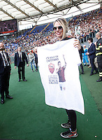 Calcio, Serie A: Roma vs ChievoVerona. Roma, stadio Olimpico, 8 maggio 2016.<br /> Italian showgirl Ilary Blasi, wife of Roma's Francesco Totti, shows a t-shirt portraying her husband at the end of the Italian Serie A football match between Roma and ChievoVerona at Rome's Olympic stadium, 8 May 2016.<br /> UPDATE IMAGES PRESS/Isabella Bonotto