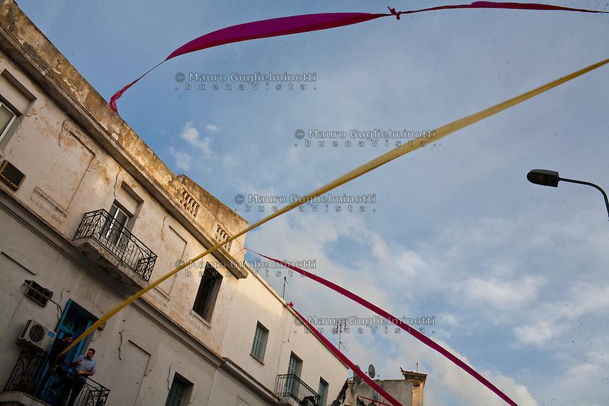 Tunisi, casa in centro città, due tunisini al balcone,Tunis, maison au  centre-ville, deux Tunisiens au balcon, Tunis, home to the city center, two Tunisians at the balcony