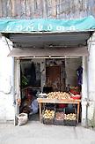 Auf dem Basar in Kutaisi. Kleiner Lebensmittel-Laden in der Marktstraße / Marketplace in Kutaisi - small basar.