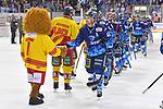 Darin Olver (Nr.40 - ERC Ingolstadt) beim Shake Hands nach dem Spiel beim Spiel in der DEL, ERC Ingolstadt (dunkel) - Duesseldorfer EG (hell).<br /> <br /> Foto © PIX-Sportfotos *** Foto ist honorarpflichtig! *** Auf Anfrage in hoeherer Qualitaet/Aufloesung. Belegexemplar erbeten. Veroeffentlichung ausschliesslich fuer journalistisch-publizistische Zwecke. For editorial use only.