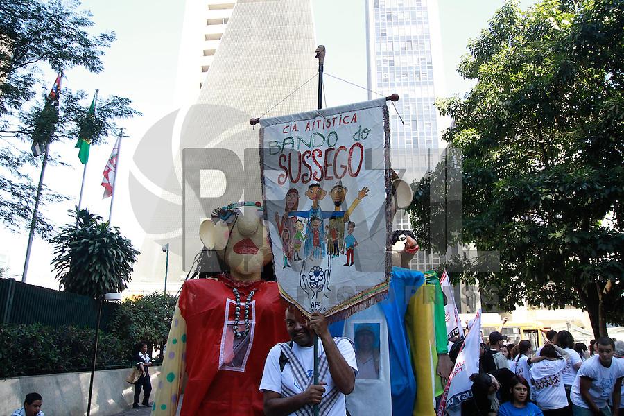 """SÃO PAULO, SP - 30.07.2013: 22 ANOS DA LEI DE COTAS - Ato de rua pelos 22 anos da Lei de Cotas no Brasil, nesta terça-feira (30), na Rua das Flores, acompanhados pelos bonecos de Vara e Banda do """"Sussego"""" da APAE-SP. No local, haverá exposição sobre o tema de vários órgãos públicos, movimentos sociais, ONGs, instituições educacionais, Sesi/SP e Senai/SP. (Foto: Marcelo Brammer/Brazil Photo Press)"""