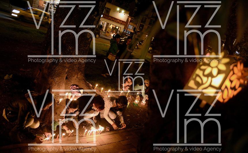 BOGOTA -COLOMBIA. 07-12-2014. Cientos de personas se dieron cita en el popular ParkWay de la ciudad de Bogotá para celebrar el día de las velitas que marca el inicio de las festividades decembrinas en Colombia./ Hundreds of people gathered at ParkWay, popular place of Bogota, to celebrate the day of the candles that markzs the beginning of the Christmas festivities in Colombia. Photo: VizzorImage/ Gabriel Aponte / Staff