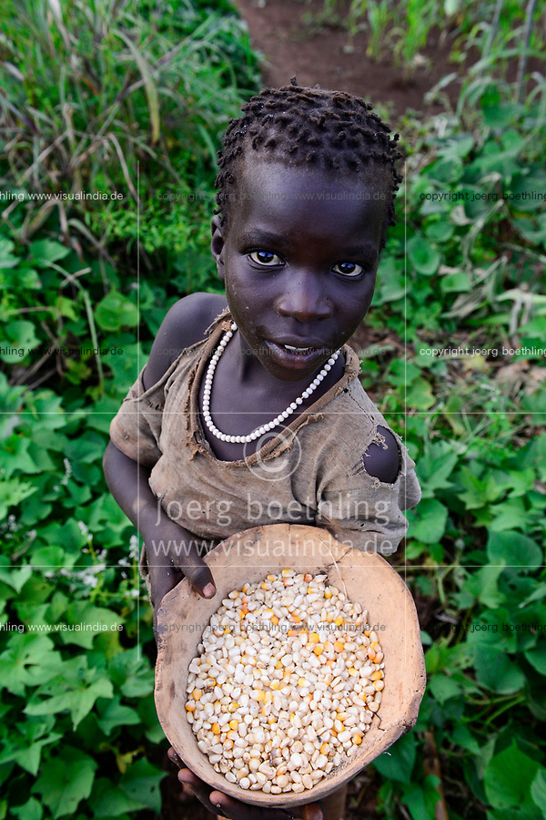 ETHIOPIA, Gambela, village Gog Dipach, girl with bowl with maize / AETHIOPIEN, Gambela, Dorf GOG DIPACH der Ethnie ANUAK, Maedchen mit Schale mit mais in der Hand im Feld