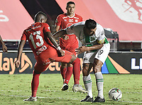 CALI - COLOMBIA, 21-11-2020: Daniel Quiñones del América disputa el balón con Jefferson Duque del Nacional durante partido por los cuartos de final ida como parte de la Liga BetPlay DIMAYOR 2020 entre América de Cali y Atlético Nacional jugado en el estadio Pascual Guerrero de la ciudad de Cali. / Daniel Quiñones of America struggles the ball with Jefferson Duque of Nacional during match for the quarterfinal first leg as part of BetPlay DIMAYOR League 2020 between America de Cali and Atletico Nacional played at Pascual Guerrero stadium in Cali. Photo: VizzorImage / Gabriel Aponte / Staff