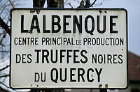 Europe/France/Midi-Pyrénées/46/Lot/Causse de Limogne/Lalbenque : Plaque à l'entrée du village signalant la production de truffes