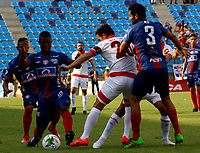 SANTA MARTA-COLOMBIA, 27-04-2019: Brayan Correa, Fernando Battiste de Unión Magdalena y Luis Seijas de Independiente Santa Fe disputan el balón, durante partido de la fecha 18 entre Unión Magdalena y el Independiente Santa Fe, por la Liga Águila I 2019, jugado en el estadio Sierra Nevada de la ciudad de Santa Marta. / Brayan Correa, Fernando Battiste of Union Magdalena and Luis Seijas of Independiente Santa Fe vie for the ball, during a match of the 18th date between Union Magdalena and Independiente Santa Fe, for the Aguila Leguaje I 2019 played at the Sierra Nevada Stadium in Santa Marta city. / Photo: VizzorImage / Gustavo Pacheco / Cont.