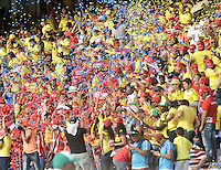 BARRANQUILLA - COLOMBIA -29-03-2016: Hinchas de Colombia animan a su equipo durante partido entre los seleccionados de Colombia y Ecuador, por la fecha 6 para la clasificación sudamericana a la Copa Mundial de la FIFA Rusia 2018, jugado en el estadio Metropolitano Roberto Melendez en Barranquilla. /  Fans of Colombia cheer for their team during match between the teams of Colombia and Ecuador, for the date 6 for the Qualifier FIFA World Cup Russia 2018, played at Metropolitan stadium Roberto Melendez in Barranquilla. Photo: VizzorImage / Luis Ramirez / Staff.