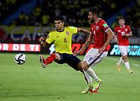 BARRANQUILLA – COLOMBIA, 09-09-2021: Luis Diaz de Colombia (COL) y Mauricio Isla de Chile (CHI) disputan el balon durante partido entre los seleccionados de Colombia (COL) y Chile (CHI), de la fecha 9 por la clasificatoria a la Copa Mundo FIFA Catar 2022, jugado en el estadio Metropolitano Roberto Melendez en la ciudad de Barranquilla. / Luis Diaz of Colombia (COL) and Mauricio Isla of Chile (CHI) vie for the ball during match between the teams of Colombia (COL) and Chile (CHI), of the 9th date for the FIFA World Cup Qatar 2022 Qualifier, played at Metropolitan stadium Roberto Melendez in Barranquilla city. Photo: VizzorImage / Jairo Cassiani / Cont.