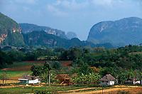 Mogotes (Kalkberge) im Valle de Vinales, Provinz Pinar del Rio, Cuba, Unesco-Weltkulturerbe