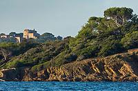 Europe/Provence-Alpes-Côte d'Azur/83/Var/Iles d'Hyères/Ile de Porquerolles: Littroral rocheux à la   Pointe de Maubousquet et  le fort Sainte-Agathe du XVIe siècle en fond