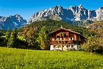 Oesterreich, Tirol, Going am Wilden Kaiser: Tiroler Bauernhaus vor Wildem Kaiser | Austria, Tyrol, holiday resort Going: Tyrolean farmhouse, Wilder Kaiser mountains at background