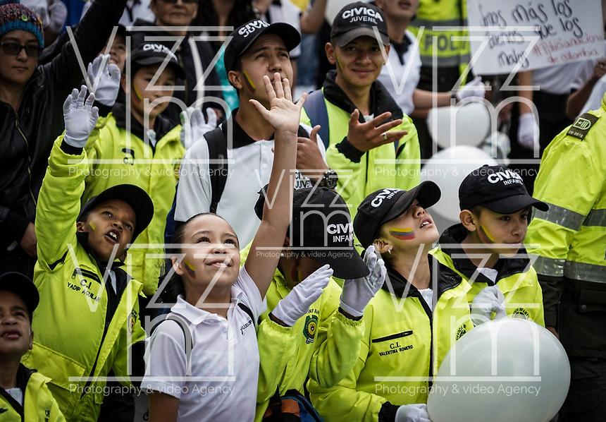 BOGOTÁ - COLOMBIA, 20-01-2019: Como consecuencia del atentado, con un carro bomba contra la Policía Nacional,, del pasado jueves 17 de enero, se lleva a cabo hoy, 20 de enero de 2019, la marcha nacional contra el terrorismo en Colombia.La movilización se realiza por las principales las calles de la ciudad de Bogotá. / As a result of the attack with a Bomb car against National Police of Colombia, on Thursday, January 17, hundred of Colombians go to the streets today, January, 20, 2019, to participate in a National March rejecting terrorism. The party take place in the streets of Bogota, city. Photo: VizzorImage / Leon Monsalve / Cont.