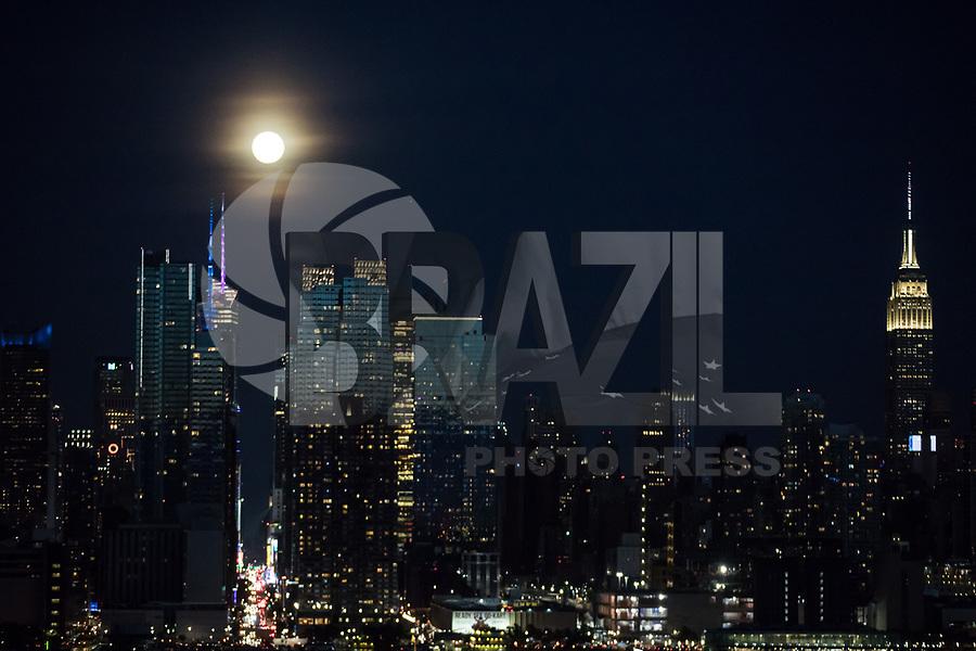 WEEHAWKEN, EUA, 18.05.2019 - LUA-CHEIA - Lua cheia é vista sobre a Ilha de Manhattan à partir da cidade de Weehawken em New Jersey nos Estados Unidos na noite deste sábado, 18. (Foto: William Volcov/Brazil Photo Press)