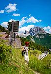 Italien, Suedtirol (Trentino - Alto Adige), Dolomiten, Groednertal: wandern im Naturpark Puez-Geisler oberhalb von Wolkenstein, im Hintergrund die Cirspitzen | Italy, South Tyrol (Trentino - Alto Adige), Dolomites, Val Gardena:  hiking in Puez-Geisler Nature Park above Selva di Val Gardena, at background Gruppo del Cir mountains