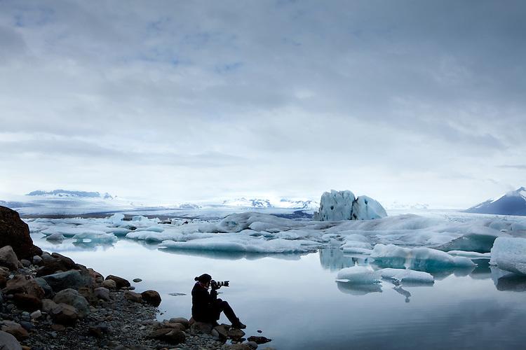 Europa, ISL, Island, Austurland (dt.Ostland), Südisland, Hornafjörður, Vatnajökull, See, Gletschersee Jökulsárlón, (dt. Gletscherflusslagune), Eisberge, Fotograf, Tourist, Die Eisberge auf dem Gletschersee Jökulsárlón stammen vom Gletscher Breiðamerkurjökull. An der Gletscherzunge lösen sich die Eisberge vom Gletscher. Bei ablaufender Tide werden Eisberge aus der Lagune ins Meer gespült und teilweise am angrenzenden schwarzen Basaltstrand wieder angeschwemmt. Kategorien und Themen, Natur, Umwelt, Landschaft, Jahreszeiten, Stimmungen, Landschaftsfotografie, Landschaften, Landschaftsphoto, Landschaftsphotographie, Tourismus, Touristik, Touristisch, Touristisches, Urlaub, Reisen, Reisen, Ferien, Urlaubsreise, Freizeit, Reise, Reiseziele, Ferienziele<br /> <br /> [Fuer die Nutzung gelten die jeweils gueltigen Allgemeinen Liefer-und Geschaeftsbedingungen. Nutzung nur gegen Verwendungsmeldung und Nachweis. Download der AGB unter http://www.image-box.com oder werden auf Anfrage zugesendet. Freigabe ist vorher erforderlich. Jede Nutzung des Fotos ist honorarpflichtig gemaess derzeit gueltiger MFM Liste - Kontakt, Uwe Schmid-Fotografie, Duisburg, Tel. (+49).2065.677997, archiv@image-box.com, www.image-box.com]