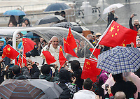 Papa Francesco salutato da un gruppo di cinesi al suo arrivo all'udienza generale del mercoledi' in Piazza San Pietro, Citta' del Vaticano, 26 novembre 2014.<br /> Faithful wave Chinese flags as Pope Francis waves on the occasion of his weekly general audience in St. Peter's Square at the Vatican, 26 November 2014.<br /> UPDATE IMAGES PRESS/Riccardo De Luca<br /> <br /> STRICTLY ONLY FOR EDITORIAL USE