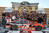 Monster Energy NASCAR Cup Series<br /> Hollywood Casino 400<br /> Kansas Speedway, Kansas City, KS USA<br /> Sunday 22 October 2017<br /> Martin Truex Jr, Furniture Row Racing, Bass Pro Shops / Tracker Boats Toyota Camry and Toyota guests<br /> World Copyright: Russell LaBounty<br /> LAT Images