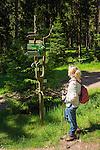Germany, Thuringia, near Schmiedefeld am Rennsteig: hiking at Rennsteig hiking trail, Germany's oldest and most frequented long distance hiking trail | Deutschland, Thueringen, bei Schmiedefeld am Rennsteig: Wandern auf dem Rennsteig, dem aeltesten und meistbegangenen Weitwanderweg Deutschlands