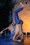 Festival Uzes Danse 2010<br /> A VIDA ENORME / PERFORMANCE<br /> Choregraphie : Emmanuelle Huynh<br /> Avec : Emmanuelle Huynh, Nuno Bizarro<br /> Compagnie : Mua<br /> Le 17/06/2010<br /> Jardin de l'Evêché, Uzès<br /> © Laurent Paillier / photosdedanse.com<br /> All rights reserved
