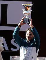 Lo spagnolo Rafael Nadal solleva il trofeo dopo aver vinto la finale maschile degli Internazionali d'Italia di tennis a Roma, 19 Maggio 2013..Spain's Rafael Nadal holds up the trophy after winning the final match of the Italian Open Tennis men's tournament ATP Master 1000 in Rome, 19 May 2013..UPDATE IMAGES PRESS/Riccardo De Luca